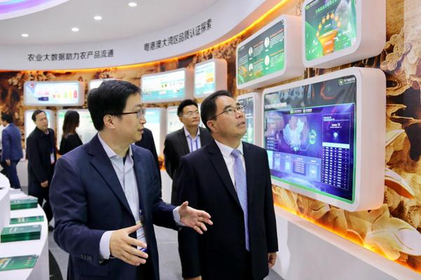 广东省副省长叶贞琴一行视察影子科技,首席数据官镝来博士汇报工作